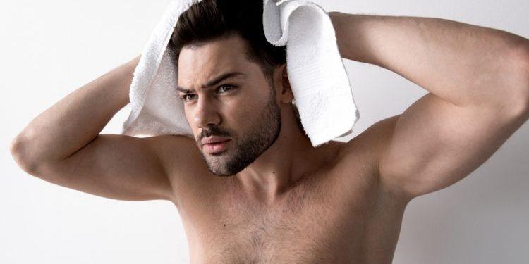 mengeringkan rambut pria
